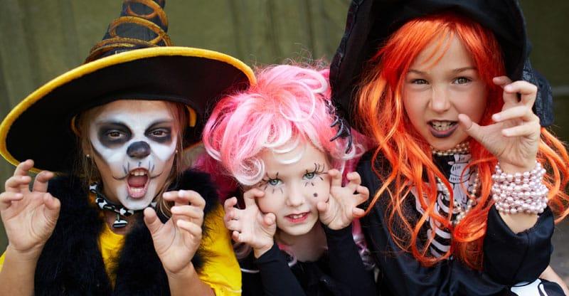 Utklädda barn till Halloween