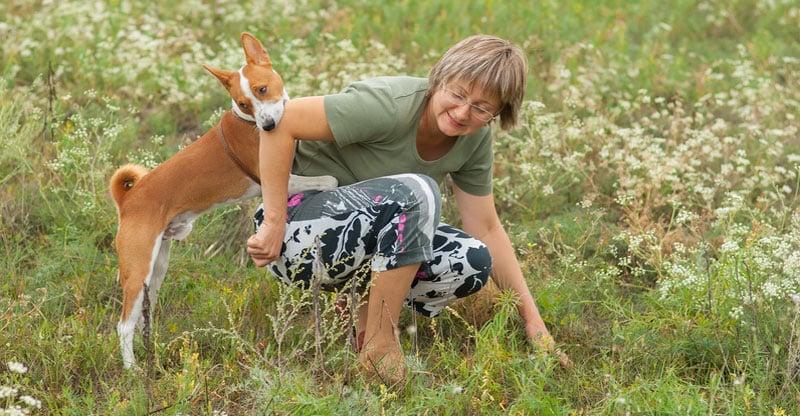 Basenji leker med sin matte
