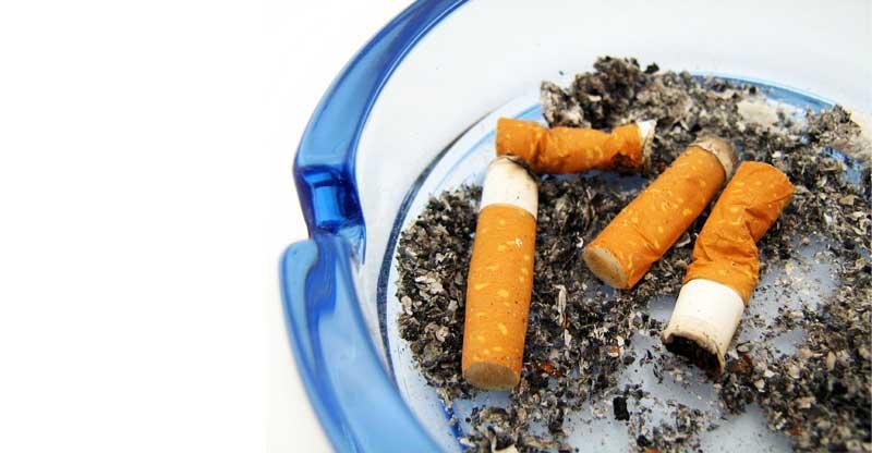 Askfat med cigarettfimpar