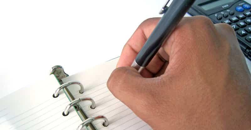 Hand som skriver med en penna
