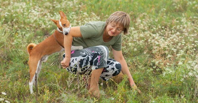Hund som biter sin ägare i armen