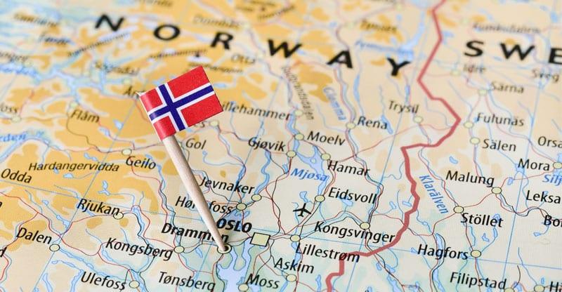 Norska flaggan sitter i en karta